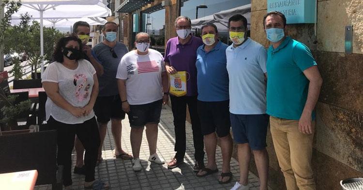 Integrantes del Deportivo Córdoba Cajasur y El Carpio CF tras la firma del acuerdo