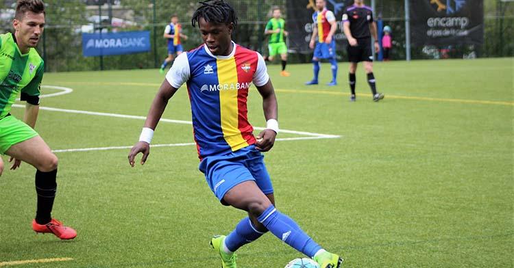 Moussa Sidibé controla un balón jugando con el Andorra la pasada campaña.