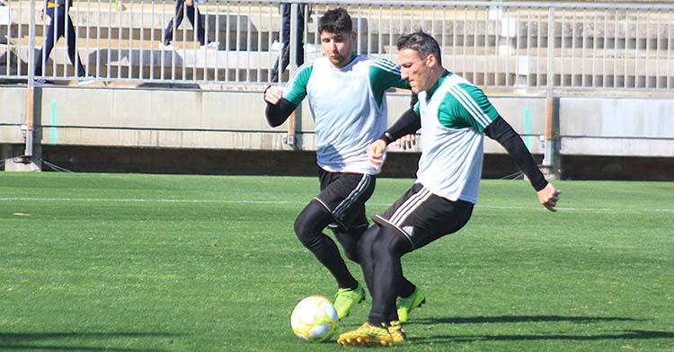 Piovaccari instantes antes de chutar a puerta con Javi Flores encima en uno de los últimos entrenamientos de marzo.