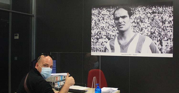 Un abonado cordobesista renueva su carnet con la imagen de Juanín al fondo.