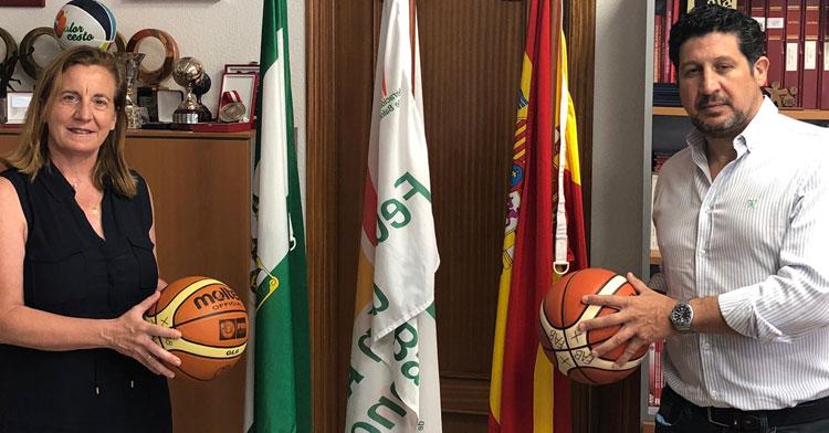 Pilar Carmona y Sebastián del Rey escenificando la unidad del baloncesto femenino cordobés