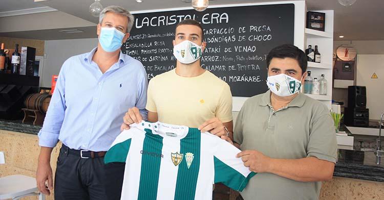 Alberto Saura junto al gerente de Cristalera Gastrobar y el presidente del Córdoba Patrimonio de la Humanidad.