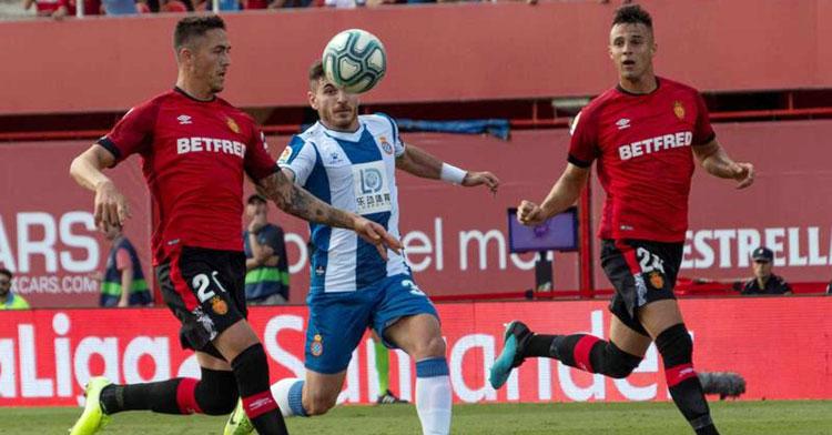 Antonio Raíllo jugando con el Mallorca contra el Espanyol; ambos estarán en Segunda el próximo ejercicio