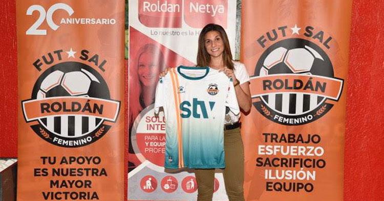Cristina García posando hace unos días con su nueva elástica. Foto: STV Roldán