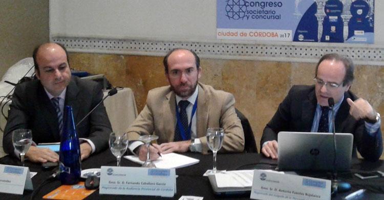 Una imagen de 2017 de una conferencia en la que están, a la derecha, Antonio Fuentes, el juez de lo mercantil recusado en febrero, y a la izquierda, el que espera ser ratificado como su sustituto, Fernando Caballero.