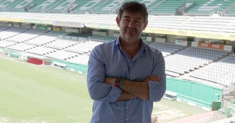 Javier González Calvo posando en el estadio. Foto: CCF