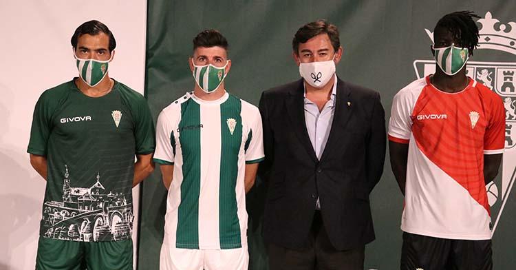 Javier González Calvo secundado por Miguel de las Cuevas, Javi Flroes y 'Momo' Djetei con las tres nuevas elásticas blanquiverdes.