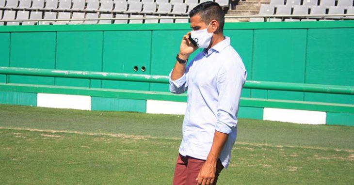 Juanito, al teléfono sobre el verde de El Arcángel.