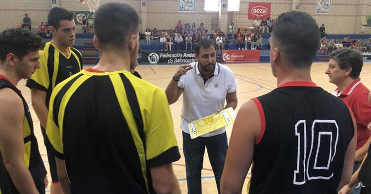 Juanra Guzmán dando instrucciones a los jugadores del Peñarroya