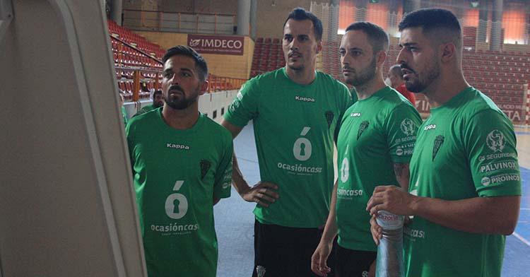 Varios jugadores del Córdoba Patrimonio observando una pizarra