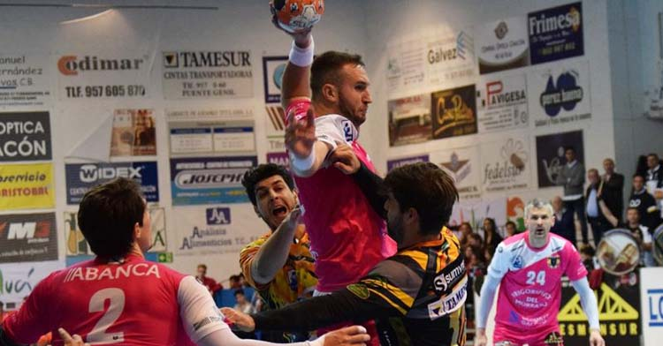 Mitic armando su zurda en el Alcalde Miguel Salas con el Cangas.