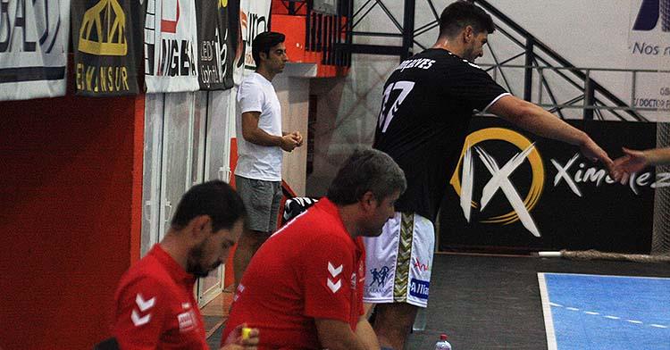 Paco Bustos en el banquillo del Alcalde Miguel Salas con Xavi Tuá calentando.Paco Bustos en el banquillo del Alcalde Miguel Salas con Xavi Tuá calentando.