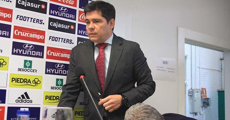 El administrador concursal, Francisco Estepa, accediendo a la sala de prensa de El Arcángel.