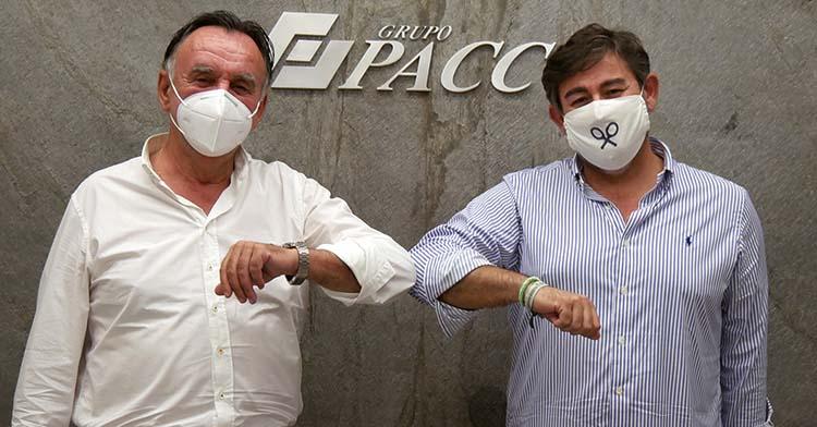 El presidente de Grupo Pacc, Eduardo Ortega, junto a Javier González Calvo tras rubricar en su sede el acuerdo de patrocinio.