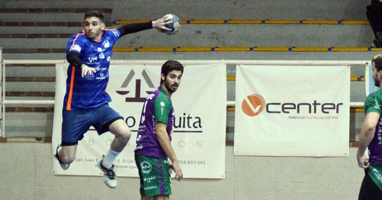 Raúl Morales intentando marcar desde el extremo. Foto: Lorena Cuevas / ARS