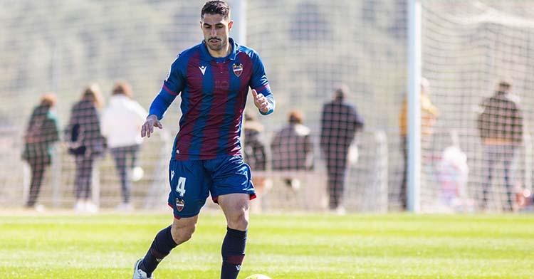 Víctor Ruiz jugando con el Levante B durante su cesión.