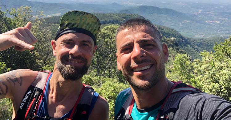 Xavi Molina tras alcanzar la cima de La Musara con un compañero de entrenamientos.