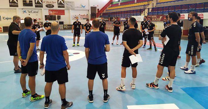 Los jugadores del Ángel Ximénez-Avia atendiendo el mensaje de Paco Bustos antes de empezar a sudar de lo lindo.