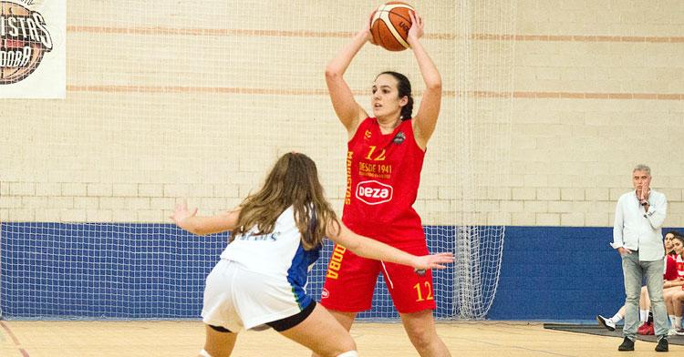 Aurora Luque en un partido con el Maristas, con Miguel Ángel Luque, que seguirá siendo su entrenador, al fondo