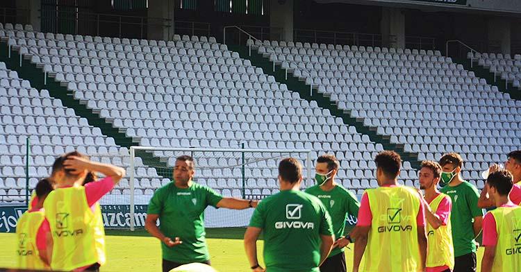 Germán Crespo hablando con sus jugadores del Córdoba B