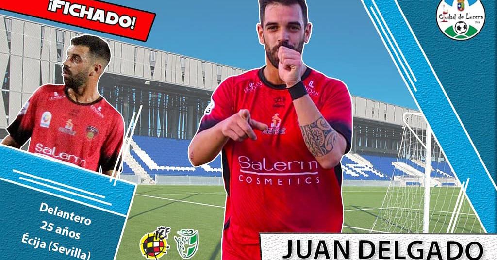Juan Delgado, nuevo jugador del Ciudad de Lucena, celebra un tanto con la camiseta de su anterior equipo.