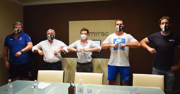 Vicente Poveda y Mitic posan a la derecha junto al CEO de Sumyrec, el presidente del Ángel Ximénez y su técnico.