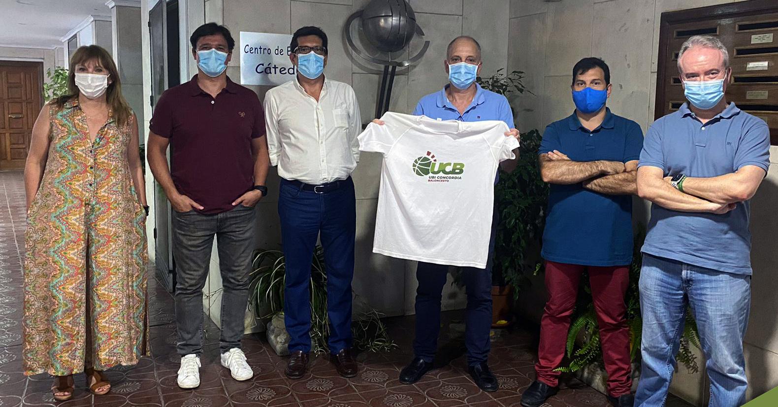 Directivos de UBI Concordia posan con la camiseta del club. Foto: UBI Concordia