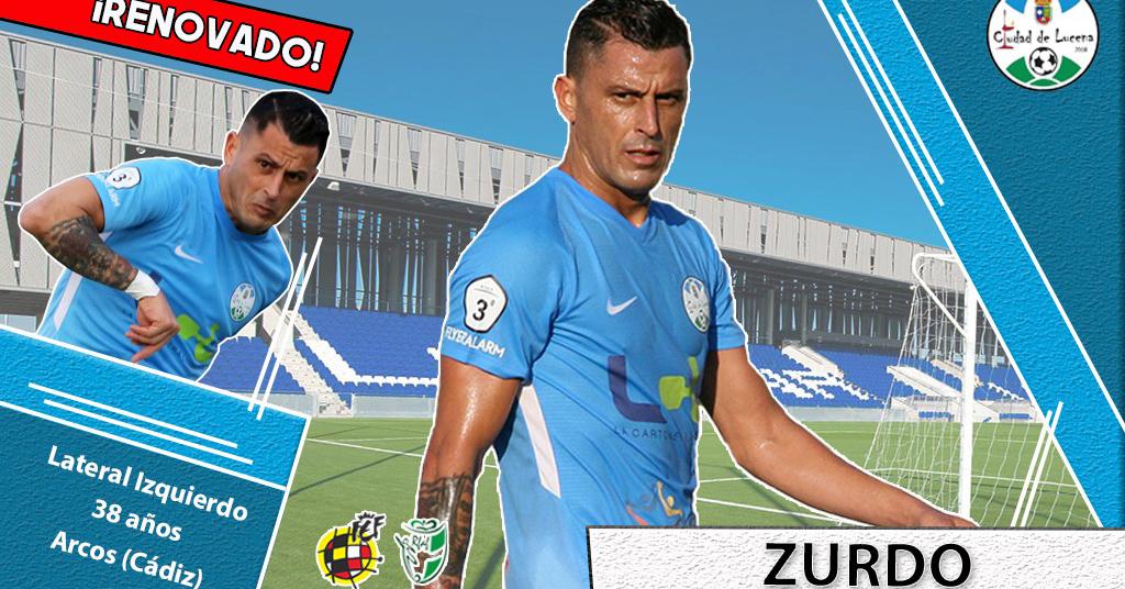 Zurdo, jugador del Ciudad de Lucena, con la elástica celeste.