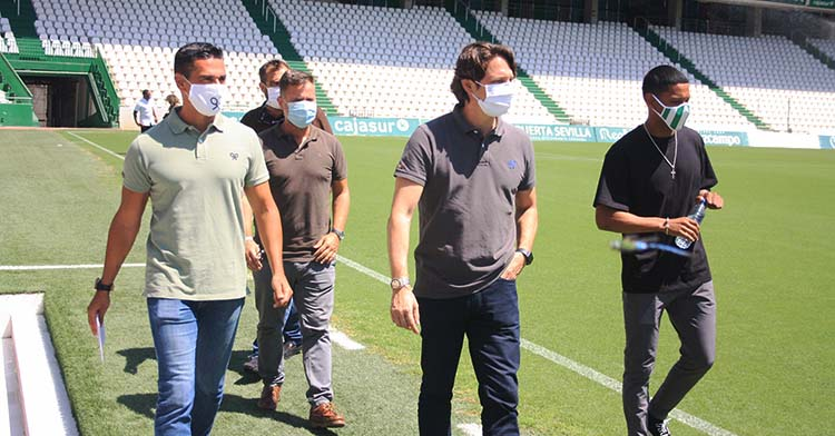 El consejero Adrián Fernández Romero junto a Juanito, David Ortega y el primer fichaje del proyecto Infinity, Darren Sidoel.