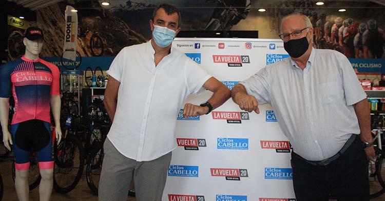 Antonio Cabello y Jesús Guillén, director general de la Vuelta a España, se saludan tras presentar el convenio en Ciclos Cabello.