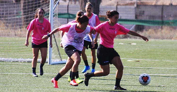 Dos jugadoras del Córdoba Femenino pugnando por el balón en el entrenamiento de esta mañana.