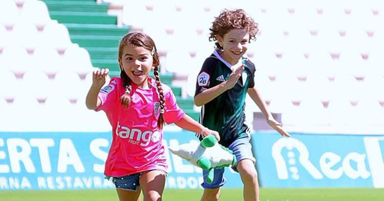 Dos jóvenes cordobesistas muestras su felicidad sobre el verde de El Arcángel.