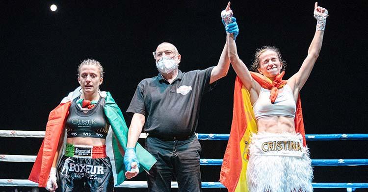 La cordobesa Cristina Morales levanta sus brazos como ganadora de una nueva defensa del título mundial.