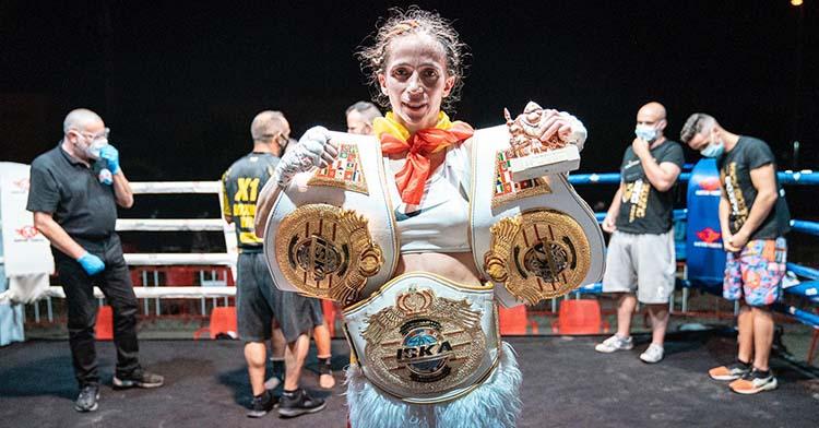 Cristina Morales mostrando sus cinturones mundiales.