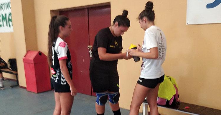 Las jugadoras del Deza Córdoba de Balonmano preparándose para el entreno en Fátima. Foto: CBM