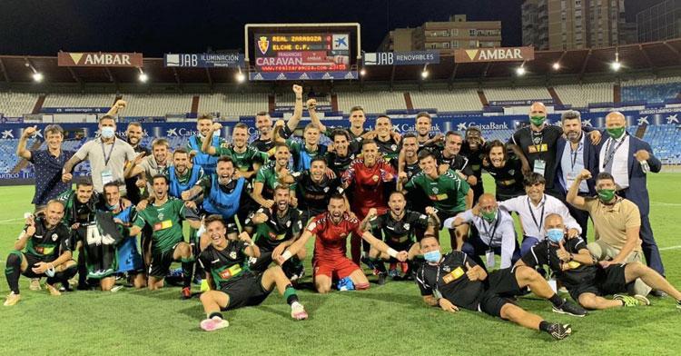 La plantilla del Elche celebra la victoria ante el Real Zaragoza. Foto: @oscarg_98