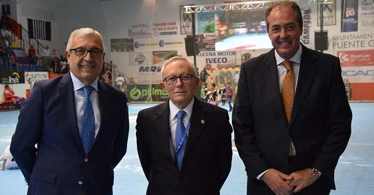 Francis Pérez, a la derecha, junto a Juan Perales, uno de los fundadores del club de Puente Genil, y Mariano Jiménez.
