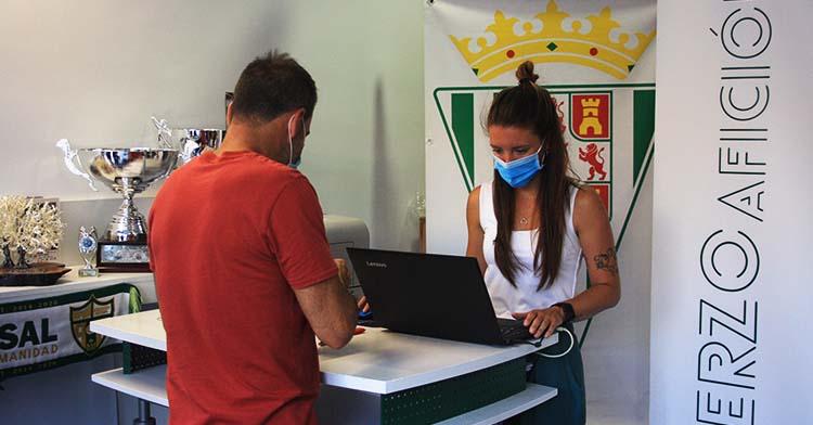Un aficionado del Córdoba Patrimonio de la Humanidad en la gestión de su carné