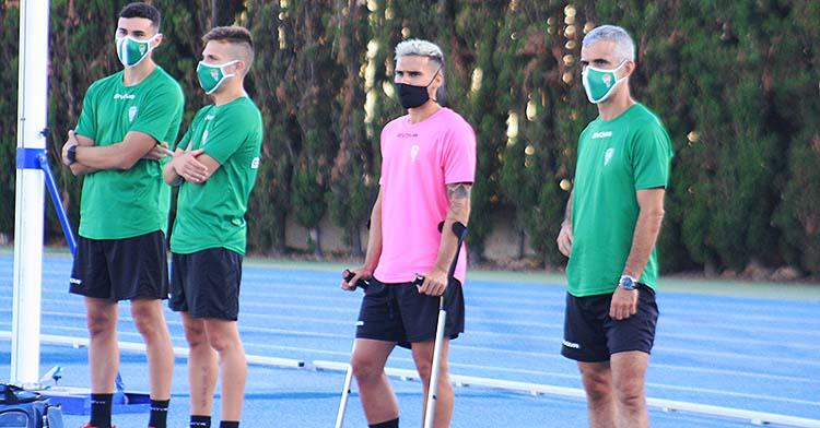 Iván Robles siguiendo el entrenamiento de sus compañeros con sus nueva pareja inseparables, las muletas.