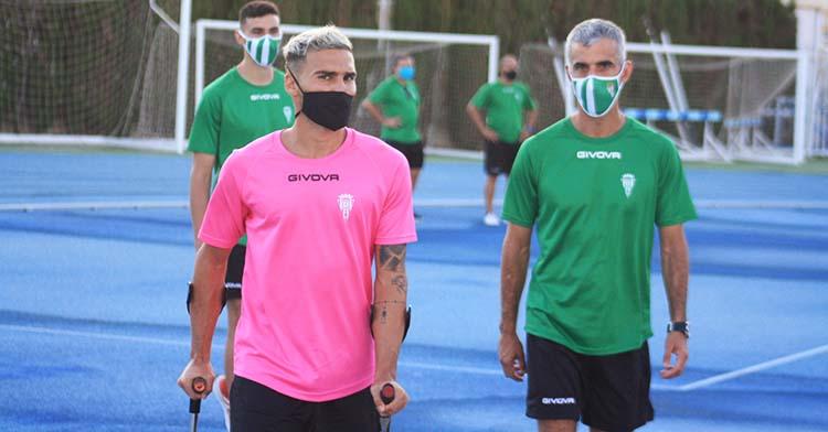 Iván Robles junto al doctor Bretones tras ver el entrenamiento de sus compañeras con sus muletas.