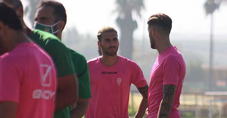 Iván Robles charlando con el recién llegado Samu Delgado.