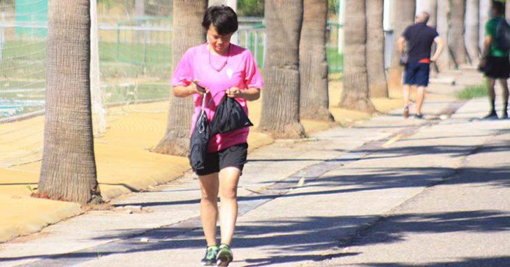 La japonesa Michi Goto camina en dirección a su bicicleta, con la que llegó y se marchó de la Ciudad Deportiva.