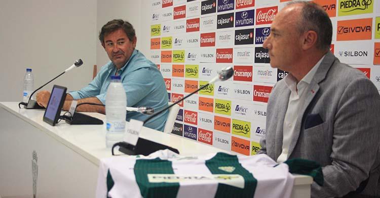 Javier Piedra en primer término, con la camiseta luciendo el logo de los Supermercados, con Javier González Calvo al fondo.