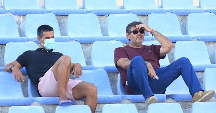 Juanito y Javier González Calvo siguiendo el entrenamiento en Nerja desde la grada.