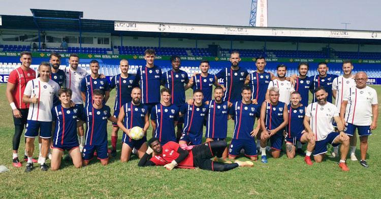 La foto de grupo del Linares antes de partir a Madrid. Foto: Linares Deportivo