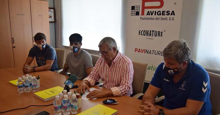 Los extremos Manu Díaz y José Padilla acompañados por Mariano Jiménez y Paco Bustos durante su presentación.
