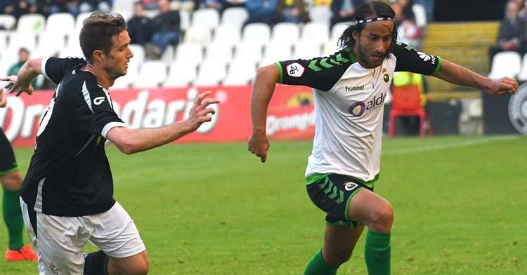 Mario Ortiz circulando por delante de un rival.