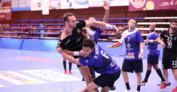 MItic suelta el brazo desde el lateral superando a un jugador del Benidorm.