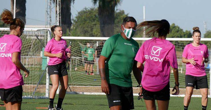 Ariel Montenegro en un entrenamiento con sus jugadoras