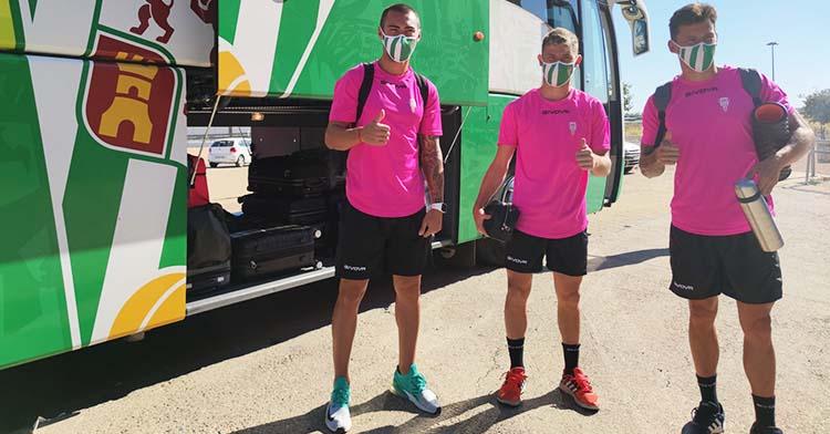 Moutinho, Berto Espeso y Manu Farrando antes de subirse al autocar cordobesista para poner rumbo a Torrox